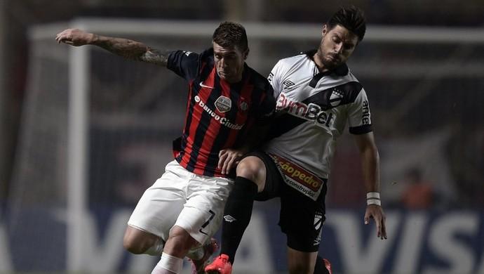 Julio Buffarini e Bruno Fornaroli - San Lorenzo x Danubio (Foto: AFP)