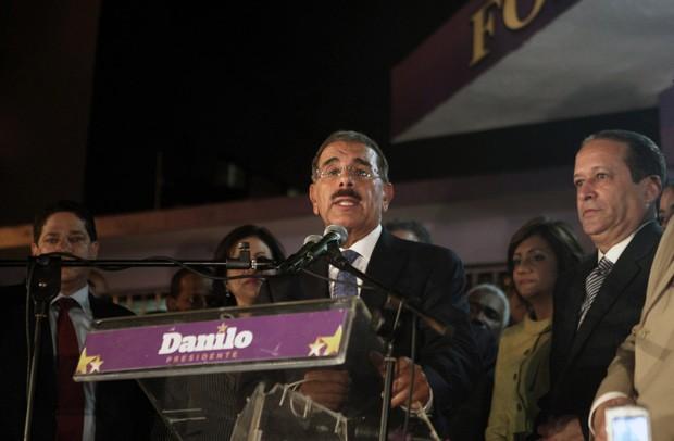 O candidato governista Danilo Medina, provável presidente eleito, fala a seus apoiadores na madrugada desta segunda-feira (21), em Santo Domingo (Foto: Erika Santelices / AFP)