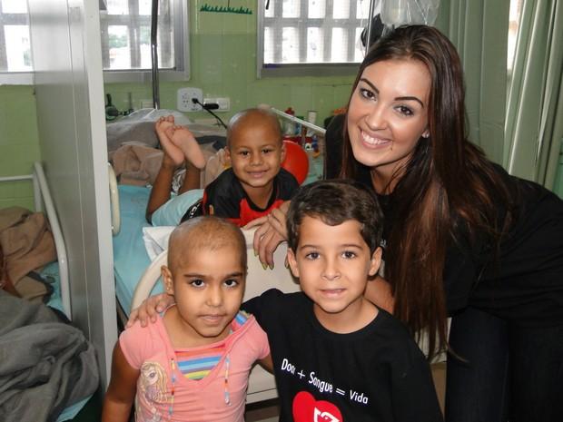 """Luiz Felipe Mello, filho de Morena em """"Salve Jorge"""", visita pediatria de hospital  (Foto: Eduardo Cardoso/Divulgação)"""