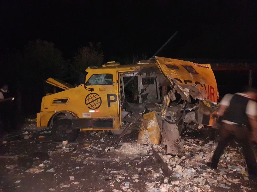 Criminosos explodiram carro-forte na localidade de Vila Cristina, em Caxias do Sul (Foto: PRF/Divulgação)