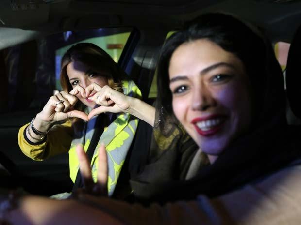 Meninas comemoram o acordo sobre o programa nuclear do Irã nesta terça-feira na capital Teerã (Foto: AFP PHOTO / ATTA KENARE)