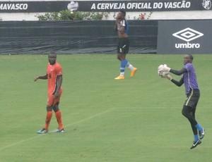 goleiro de Angola no treino do Vasco (Foto: Sofia Miranda)