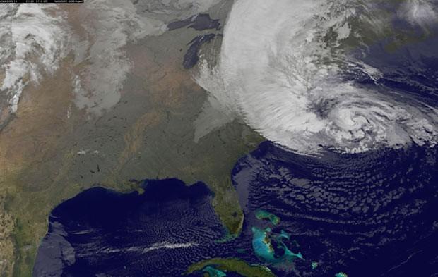 Imagem de satélite mostra o furacão Sandy sobre a Costa Leste dos EUA, em 30 de outubro de 2012 (Foto: AP)