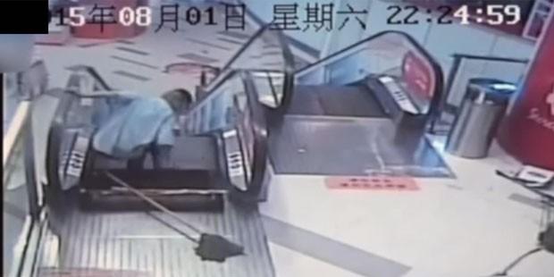 Um operário de limpeza de um shopping em Xangai, na China, ficou preso em uma escada rolante no fim de semana e seu pé teve que ser amputado devido aos ferimentos sofrido (Foto: Reprodução/YouTube/Daily Leak)