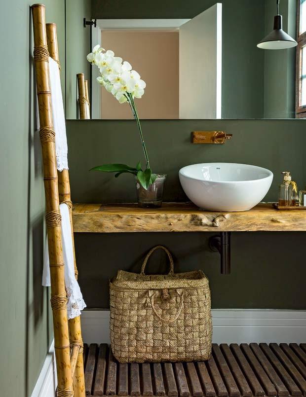 lavabo-orquidea-verde-madeira Projeto da designer de interiores Tota Penteado (Foto: Edu Castello/Editora Globo)