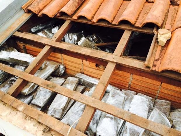 Droga estava escondida no telhado da casa do suspeito (Foto: Divulgação/DIG e Dise)