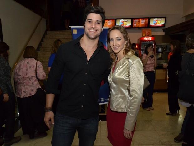 Ex-BBB Marcello e a namorada em evento no Rio (Foto: Léo Marinho/ Ag. News)