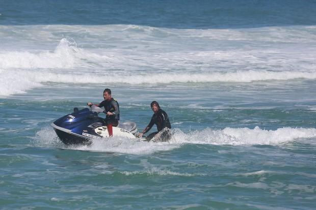 Mario Frias e a família na praia (Foto: Dilson Silva/Ag News)