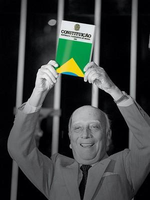 """""""CIDADÔ Ulysses Guimarães ergue a Constituição, em 1988. Em 25 anos, o texto já cresceu 39%, com 74 emendas (Foto: Lula Marques/Folhapress)"""