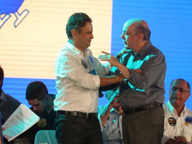 senador Aécio Neves (PSDB-MG) (e), que vai ser reconduzido neste domingo, 05, à presidência do PSDB, é cumprimentado pelo senador José Serra (Foto: André Dusek/ Estadão Conteúdo)