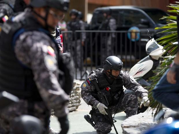 Esquadrão de segurança contra explosivos da Venezuela procura evidências de explosão de 'bomba panfletária' nesta terça-feira (26) em Caracas (Foto: AP Photo/Fernando Llano)