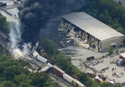 Um trem de carga descarrilou nesta terça-feira em Rosedale (Maryland, EUA) e provocou uma explosão (Foto: Patrick Semansky/AP)