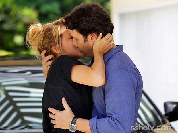 Shirley surpreende e tasca beijão em Laerte (Foto: Fábio Rocha/ TV Globo)