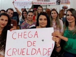Manifestação contra violência a animais em Pitangui (Foto: Luciene Resende/Arquivo pessoal)