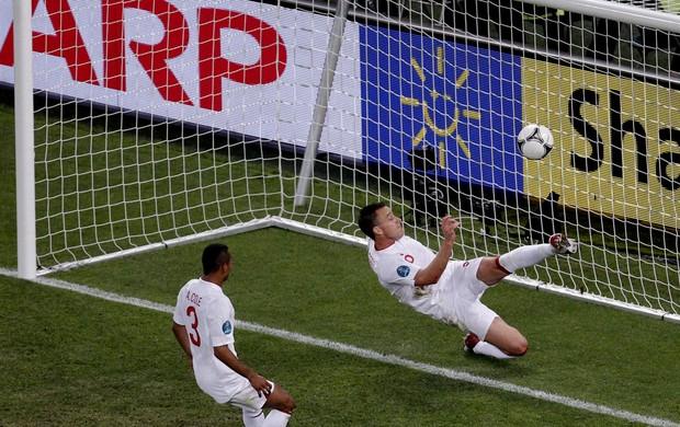 john terry inglaterra tira o gol ucrânia (Foto: Agência EFE)
