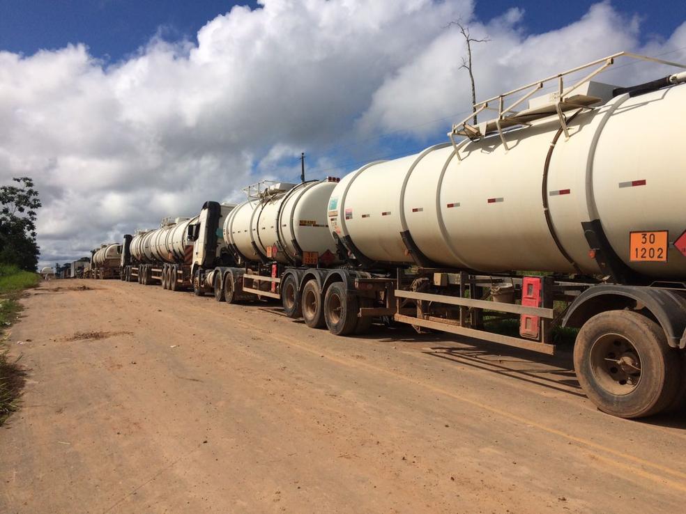 Grandes filas de caminhões se formaram na estrada que liga Cruzeiro do Sul a Rio Branco  (Foto: Gledisson Albano/Arquivo pessoal )