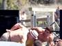 Opa! Mão boba de Robert De Niro surpreende Zac Efron em gravação