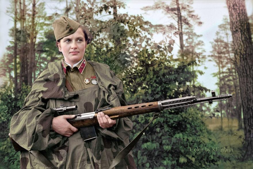 Lyudmila Pavlichenko, sniper soviética responsável por 309 mortes, considerada a mulher que mais matou pessoas na história. A foto é de 1940. (Foto: Reprodução)