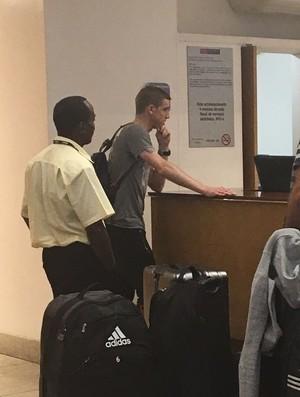 Adilson chega em hotel de Belo Horizonte (Foto: Laura Bernardes)