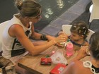 Grazi Massafera toma sorvete com a filha Sofia em shopping carioca