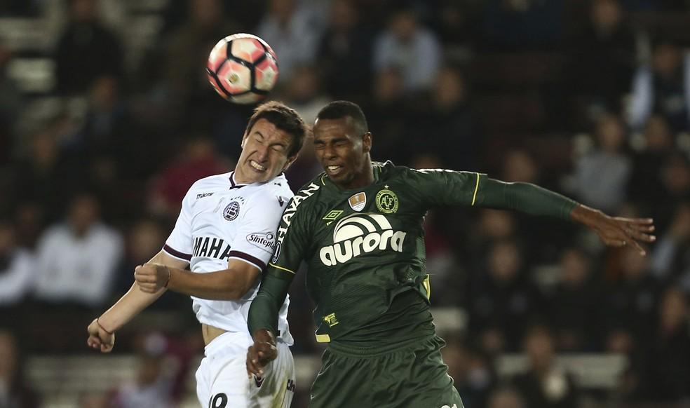 Luiz Otávio foi atuo contra o Lanús e marcou um gol na então vitória da Chapecoense; Conmebol deu os pontos ao time argentino (Foto: AP Photo/Agustin Marcarian)