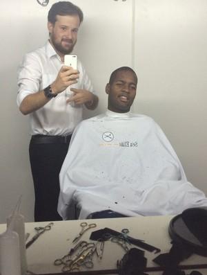 Elias Torres corta o cabelo de Dedé (Foto: Elias Torres / Arquivo pessoal)
