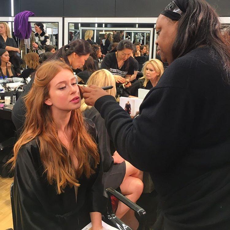 """Marina Ruy Barbosa sendo maquiada pela """"lenda"""" Pat MacGrath (Foto: Reprodução/Instagram)"""