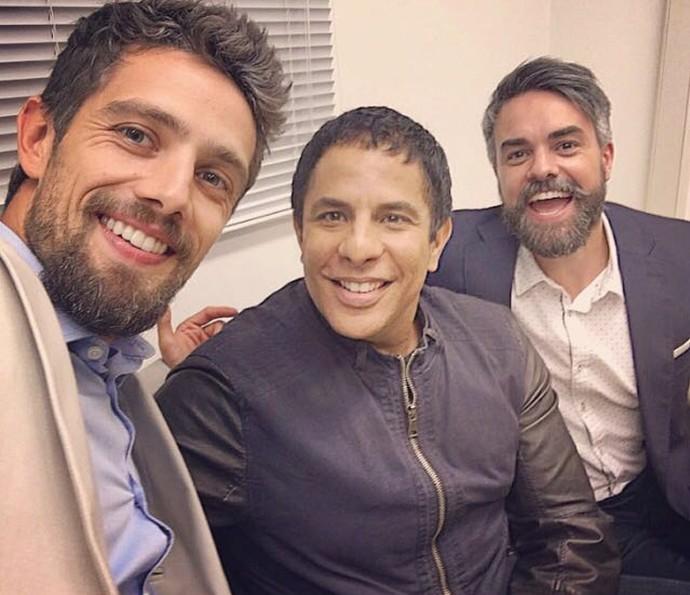 Rafael, Luka e Márcio fazem pose nos bastidores da novela (Foto: TV Globo)