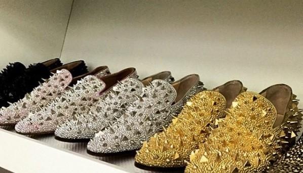 Sapatos cravejados de ouro e prata
