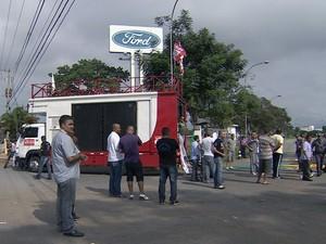 Trabalhadores protestam contra demissões na Ford em Taubaté (Foto: Reprodução/ TV Vanguarda)