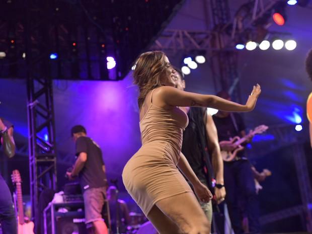 Com vestidinho curtinho, cantora quase mostra demais em Salvador (Foto: Elias Dantas/Ag.Haack)