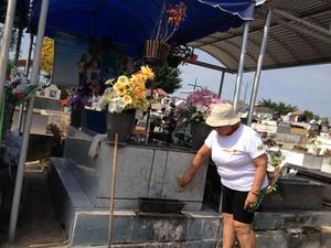 Socorro Aguiar, antecipou a limpeza do jazigo da família, para poder visitar os entes e rever amigos (Foto: Gaia Quiquiô/G1)