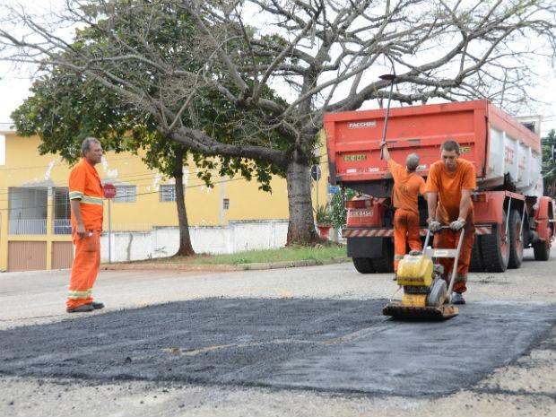Equipes realizam o trabalho manualmente, limpando e preparando as vias para o novo asfalto (Foto: Emerson Ferraz)