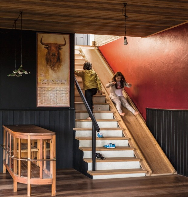Escada de concreto e revestida de peroba, com escorregador embutido (Foto: Edu Castello / Editora Globo)