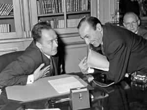 Em outubro de 1957, Albert Camus (esq.) recebe do embaixador sueco Ragnar Kumlin a notícia da vitória do Nobel de literatura (Foto: Stringer/AFP)