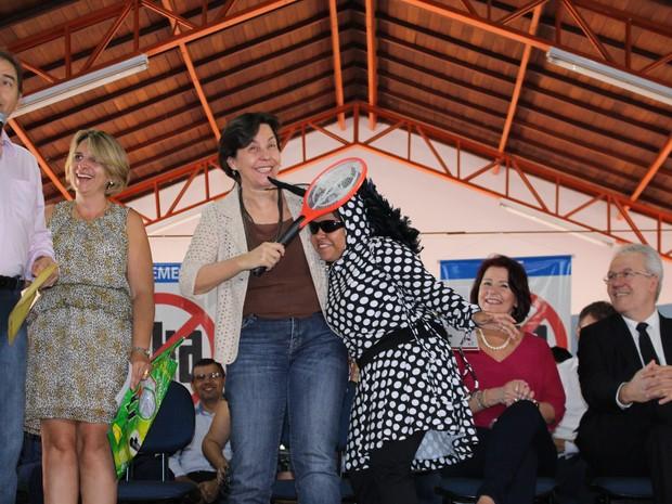 Tereza Campello 'dá raquetada' em mulher fantasiada de Aedes aegypti  (Foto: Gabriela Pavão/ G1 MS)
