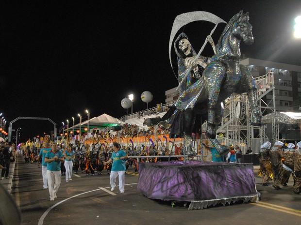 Emissários da Cegonha abre o desfile no Sambódromo, em Macapá (Foto: Gabriel Penha/G1-AP)