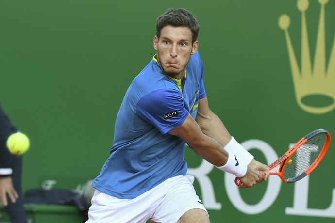 Pablo Carreno Busta na partida cotra Novak Djokovic (Foto: Yann COATSALIOU / AFP)