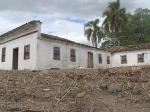 Segundo moradores, há um tesouro escondido no casarão (Foto: Reprodução/RBS TV)