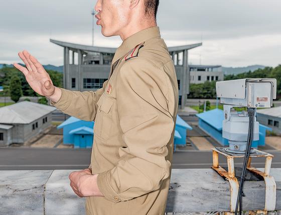 Uma vista da Coreia do Sul, a partir de um prédio na fronteira. Do lado do Norte, a realidade deve ser mantida em segredo (Foto: Max Pinckers)