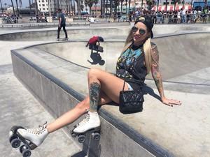 A ex-BBB Clara posa de patins durante seu tour roqueiro em Los Angeles (Foto: Acervo Pessoal)