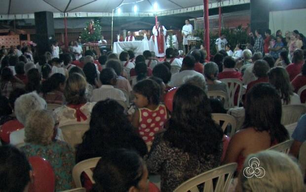 cerca de 2 mil fiéis acompanharam missa ao ar livre e seguiram na procissão pelas ruas da capital (Foto: Acre TV)