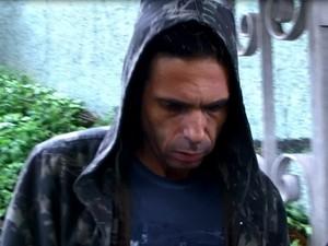Cantor Hudson, no momento em que foi detido por porte ilegal de arma, em Limeira (Foto: reprodução EPTV)