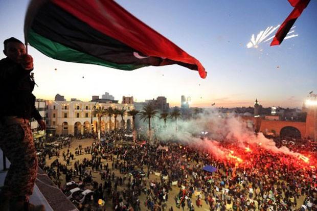 Em Trípoli, população soltou fogos de artifício na Praça dos Mártires (Foto: Mahmud Turkia/AFP)