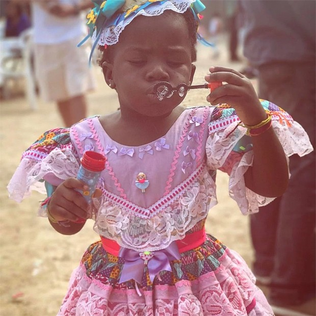 Em festa junina, Títi brinca de fazer bolinhas de sabão (Foto: Reprodução/Instagram)
