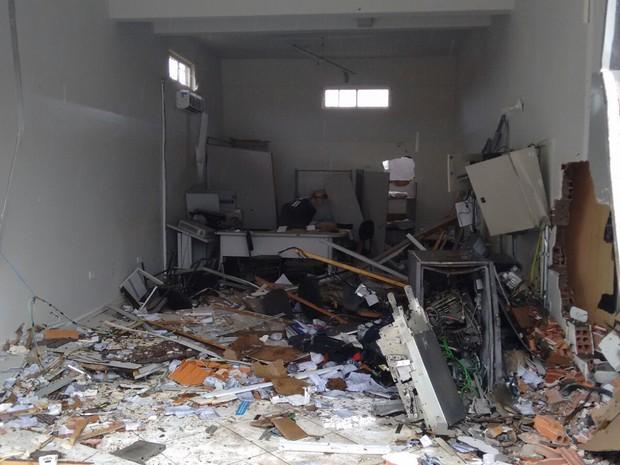 Bandidos explodiram caixa do banco Bradesco (Foto: Polícia Militar)