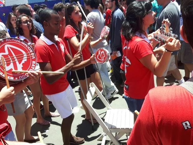 Estudantes são recepcionados com bateria no vestibual da Unicamp (Foto: Arlete Moraes / G1)