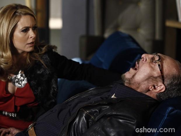 Que susto! Jack sofre derrame instantes antes de avisar Pamela sobre envelope grená (Foto: Inácio Moraes/TV Globo)