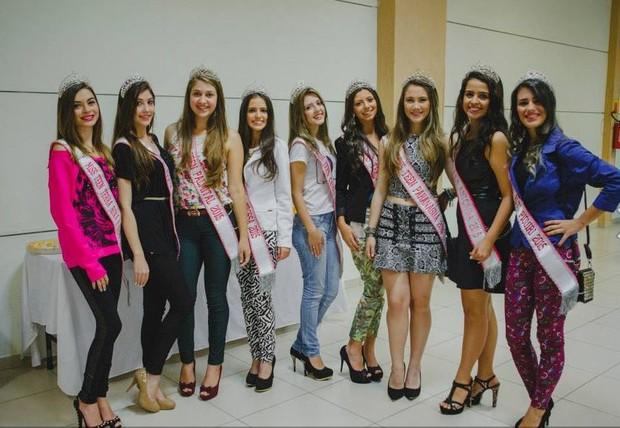 Gleicy Massafera posa nos bastidores do concurso com outras finalistas (Foto: Divulgação)