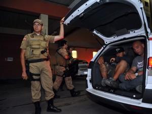 Torcedores detidos após briga na Arena Joinville (Foto: Dorgenes Pandini)